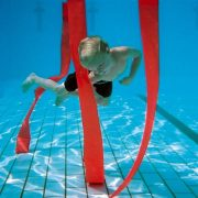 Podvodna slalomska traka set od 8 komada neonske boje, ronilačka igra je otežana utegom, zato traka lebdi u bazenu okomito